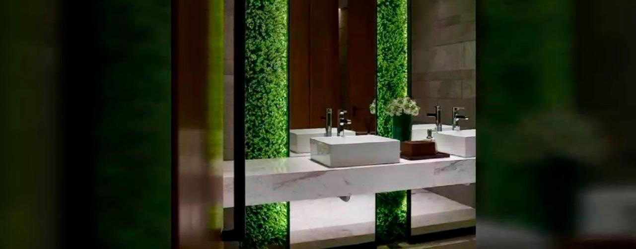 césped decorativo en el baño