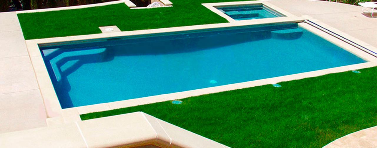 Cuatro razones para instalar césped artificial en tu piscina