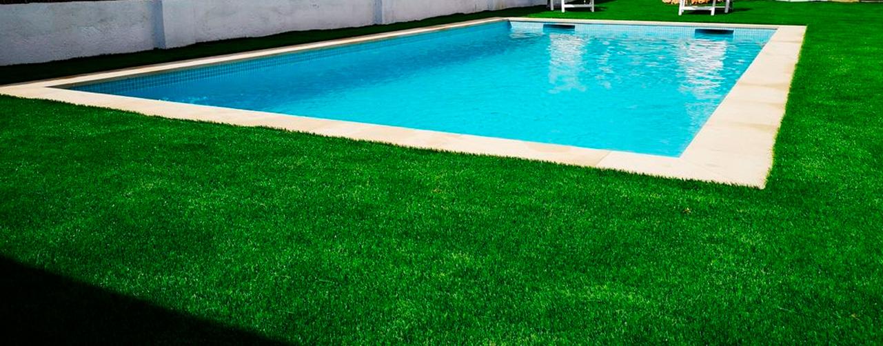 El cesped artificial alrededor de la piscina es una gran idea