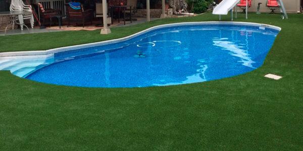Razones para tener una piscina rodeada de césped artificial